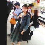 【盗撮動画】ターゲット女子のほうからやって来る駅のホームで物色してから効率的にスカメク撮り♪