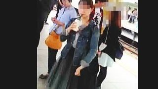 【盗撮】ターゲット女子のほうからやって来る駅のホームで物色してから効率的にスカメク撮り♪
