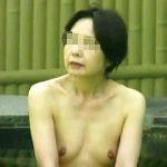 【盗撮】淑女熟女率が高い超現実的な全裸女体が拝める露天風呂を覗き撮りしてる熟専撮り師♪