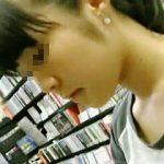 【盗撮動画】女の子の胸チラ撮るためにグイグイカメラをぶち込むもまったく意に介さない女の子♪