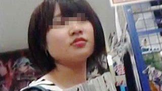 【盗撮動画】オタッキーな一般素人少女を逆さ撮りしてるパンチラヲタクでロリ専なオヤジ撮り師♪