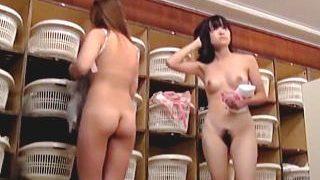 【盗撮】天然ストリップショー状態で全裸女体が拝み放題な女湯脱衣所でカメラを回した結果♪