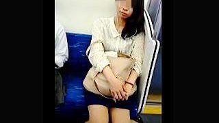 【盗撮】電車内でカメラをガン見して誘ってくる女子がいたので逆さ撮りしてあげますた♪
