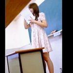 【盗撮動画】高校の教師としては絶対NGなスタイルで授業を行ってる女教師のパンチラ逆さ撮り♪