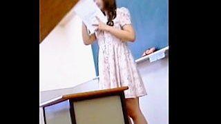 【盗撮】高校の教師としては絶対NGなスタイルで授業を行ってる女教師のパンチラ逆さ撮り♪