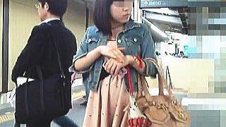 【盗撮】駅で見かけた素人女子たちを片っ端からスカメクして勝手にパンティチェック♪