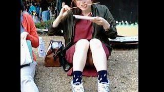 【盗撮】広場でお昼食べてる女の子のパンチラが見えそうなのでしつこく狙ってるオッサン♪