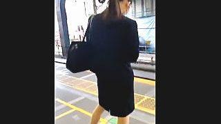 【盗撮】リクルートスーツを着込んだ就活中の女子大生のパンチラが気になって仕方がないオレ♪