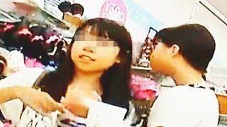 【盗撮】JSとして最後の夏休みにママとお買い物してる女の子たちのおパンツを逆さ撮り♪