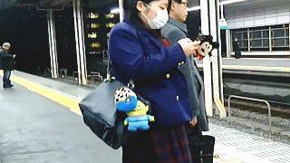 【盗撮】ミニスカ制服なのになかなかパンチラしない駅にいた女子校生たちを強制スカメク♪