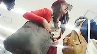 【盗撮】ミニスカ女子は年齢職業問わずにパンチラ観られたい願望があるので遠慮なく逆さ撮り♪