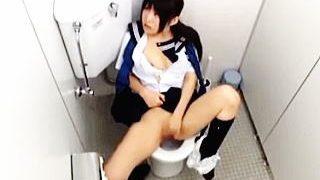 【盗撮動画】セーラー女子校生がトイレでしっかりオシッコしてから萌えオナニーで悶絶してますた♪
