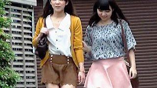 【盗撮動画】公衆トイレで仲良く変態チックな連れションしてる友達以上レズ未満の呆れた女子たち♪