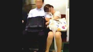 【盗撮動画】ぜひ確認して頂きたい!このカップルの彼女がカレシのチ〇コをしごいてるのか否かを♪