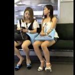 【盗撮動画】スマホを見るふりして対面に座ってるミニスカギャルのパンチラ撮りする電車あるある♪