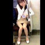 【盗撮動画】電車で座りながらスケベな太もも全開にして煽って来る好色女子たちをパンチラ撮り♪