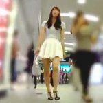 【盗撮動画】思わず二度見してしまいそうな美脚女子だったので記念にパンチラ逆さ撮りしますた♪