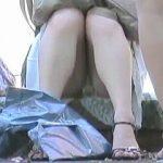 【盗撮動画】女子のしゃがみパンチラをじっくり観察すると何やらマンスジまでもが見えてくる件♪