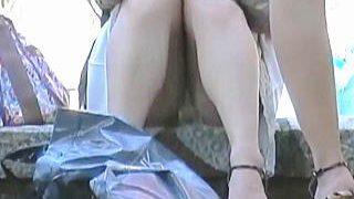 【盗撮】女子のしゃがみパンチラをじっくり観察すると何やらマンスジまでもが見えてくる件♪