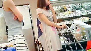 【盗撮】真夏にスーパーで家族と買い物中のワンピJDを逆さ撮りして蒸れパンチラGET♪