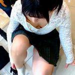 【盗撮動画】靴屋という盗撮スポットで靴選びに熱中してる女の子はパンチラ胸チラ撮り放題♪