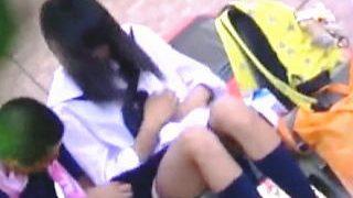 【盗撮動画】真昼間の街中で彼氏が女子校生の彼女のスカート捲りしてる学生カップルあるある♪