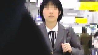 【盗撮】幼顔のガチ素人制服女子校生が電車で痴漢魔にガチ痴漢されてガチイキしてますた♪