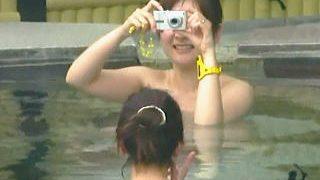 【盗撮】持ち込み厳禁なデジカメでお互いの裸を撮ってる露天風呂女子たちを撮ってる覗き屋♪