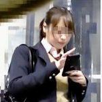 【盗撮動画】スマホに熱中してるモデルクラスのJKが電車では痴漢の手マンに熱中してますた♪