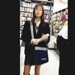 【盗撮動画】書店で見かけたイマドキ女子校生に逆さ撮りアタックして爽やかパンチラゲット♪