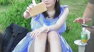 【盗撮動画】デート中なのに盛大にパンチラやらかして周囲の男たちに視姦されてる美脚の彼女♪