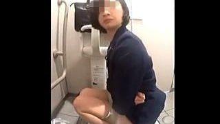 【閲覧注意】カメラ付きの和式トイレでウンコした後メールチェックしてる行儀の悪いOLさん♪