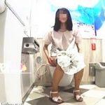 【盗撮動画】それぞれの排泄スタイルでオシッコしてる女子たちの小洒落たトイレ風景♪