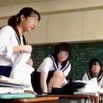 【盗撮動画】セーラー女子学生たちが教室内で一斉に着替える様子を観察してる理系の教師♪