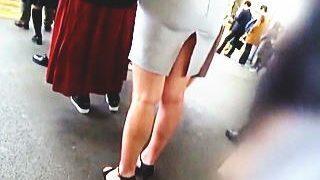 【盗撮動画】深いスリットスカートで痴漢行為を誘発してるOLさんのリアルな通勤電車♪