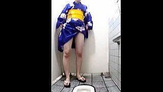 【盗撮動画】縁日会場近辺の公衆便所では浴衣女子たちの小便姿が撮れると聞いて凸した結果♪