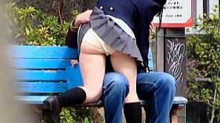 【盗撮動画】人通りもある公園のベンチで彼氏に手マンさせてる不謹慎過ぎる制服女子校生♪