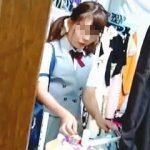 【盗撮動画】本日のターゲットはこの女子校生。下着屋に潜入した女撮り師が試着室を隠し撮り♪