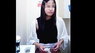 【盗撮動画】コンビニのトイレでそれぞれのスタイルでオシッコしてる女性客をウォッチ♪