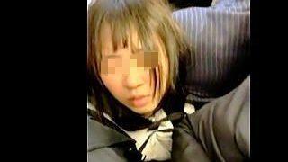【盗撮動画】完全に痴漢の手淫で敏感な陰部を弄られてる満員電車で埋没してる女の子♪