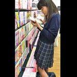 【盗撮動画】立ち読みに熱中してる女子校生の後ろでシコシコしてザーメンぶっ掛けてるヤツ♪