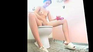 【盗撮動画】海水浴場の女子トイレでオシッコしてるビキニギャルたちをオナネタ隠し撮り♪
