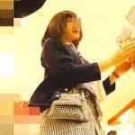【盗撮動画】女子御用達の店を主戦場にJCJK店員さんのパンチラ撮ってる場違いな撮り師♪