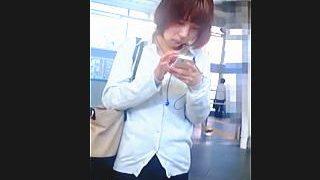 【盗撮動画】駅のホームで電車を待つ通勤途中の美脚なOLさんをスカメク強制パンチラ撮り♪