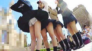 【盗撮動画】風の強い夢の国でマニアたちにも夢を与えてくれる無邪気なパンチラ女子校生たち♪
