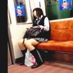 【盗撮動画】電車で爆睡中の女子校生に接近してスリルと興奮を味わってる自己満撮り師♪