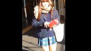 【盗撮動画】視界に入った女子校生はすべてがパンチラターゲット!節操のないスカメク撮り師♪