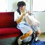 【盗撮動画】運悪く撮り師の視界に入ってしまった女子校生たちの強制スカメクパンチラ♪