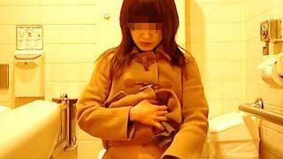 【盗撮動画】デパートらしき女子トイレでナプキン装着してるお姉さんの自然体なオシッコ風景♪