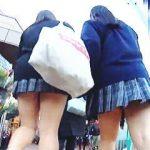 【盗撮動画】レズラー?仲良く手をつないで駅に向かう女子校生たちのダブルパンチラ♪